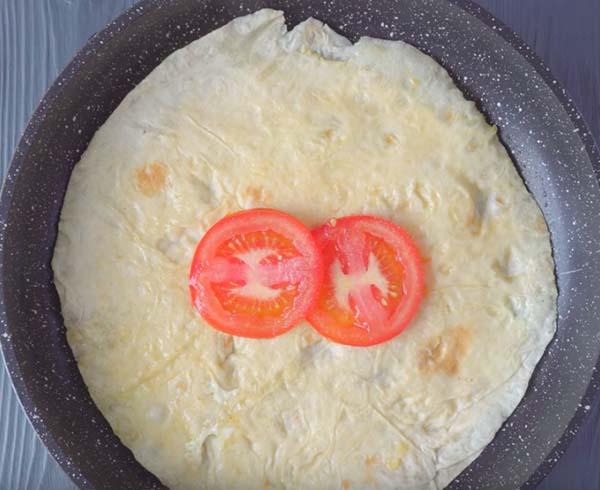 яичница-в-лаваше-на-сковороде-с-сыром-4