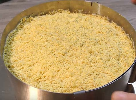 салат-мимоза-с-горбушей-и-сыром-8