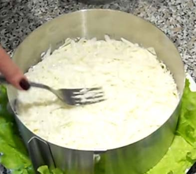 салат-мимоза-с-консервированным-тунцом-рецепт-7