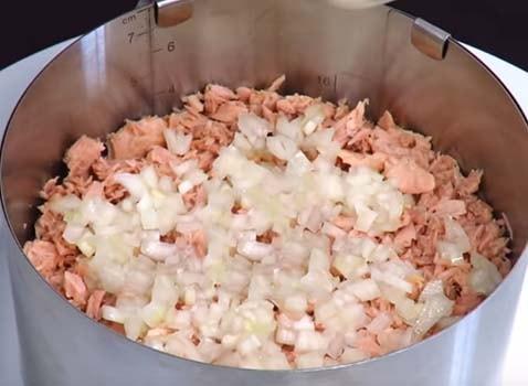 салат-мимоза-с-рыбными-консервами-и-сыром-6