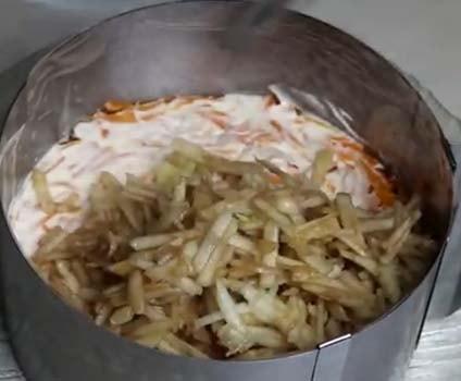 салат-мимоза-со-шпротами-яблоком-7