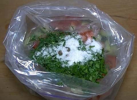малосольные-огурцы-и-помидоры-в-пакете-4