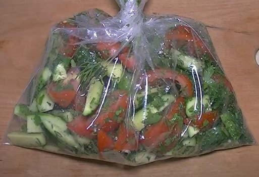 малосольные-огурцы-и-помидоры-в-пакете-5