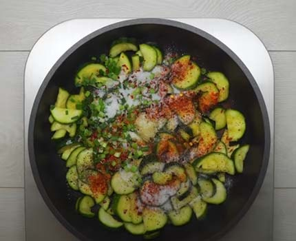 теплый-салат-из-кабачков-по-корейски-3