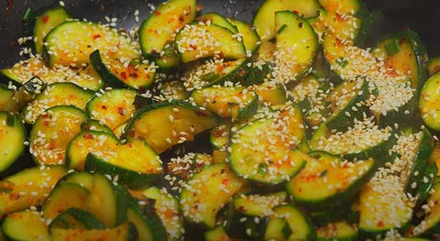 теплый-салат-из-кабачков-по-корейски-5