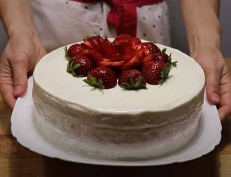 бисквитный-торт-с-клубникой-со-сметанным-кремом-10