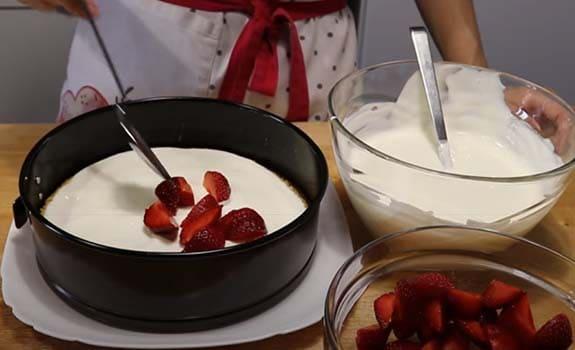 бисквитный-торт-с-клубникой-со-сметанным-кремом-7