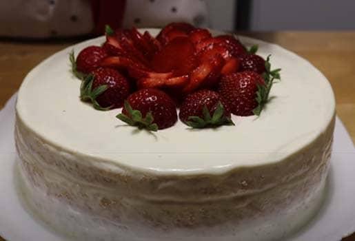 бисквитный-торт-с-клубникой-со-сметанным-кремом-9