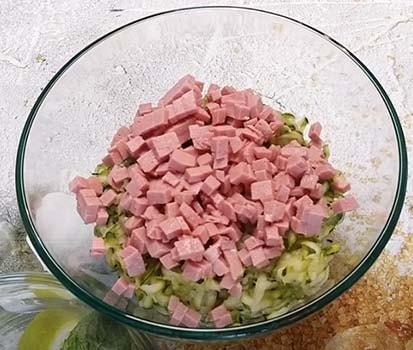 кабачковые-оладьи-с-колбасой-2