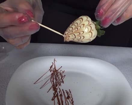 как-сделать-клубнику-в-шоколаде-10