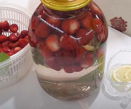клубничный-компот-с-мятой-и-лимоном-2