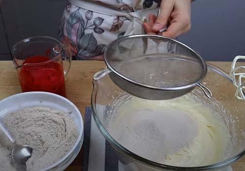 клубничный-торт-красный-бархат-4