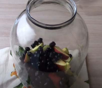 компот-из-черноплодки-и-свежих-яблок-1