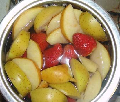 компот-из-замороженной-клубники-и-яблок-2
