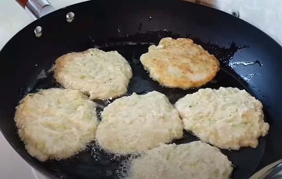 оладьи-из-кабачков-с-сыром-и-чесноком-7