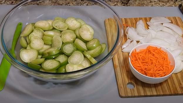 острый-салат-из-зеленых-помидоров-с-морковью-1