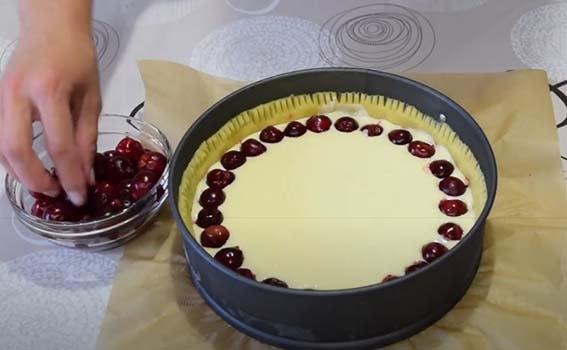 пирог-с-вишней-и-творогом-со-сметанной-заливкой-10