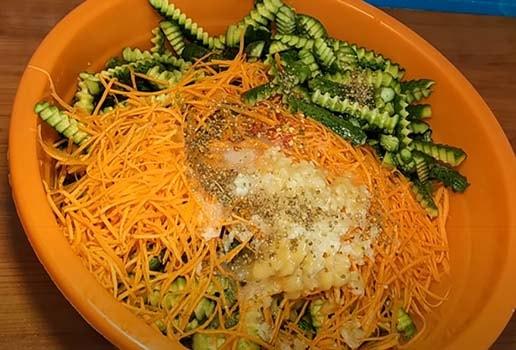 салат-из-огурцов-с-морковью-2
