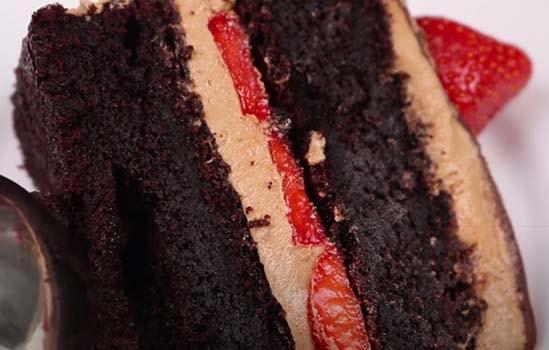 шоколадно-клубничный-торт-16