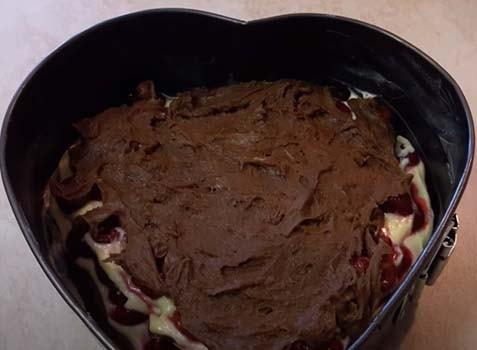 шоколадный-вишневый-пирог-с-творогом-7