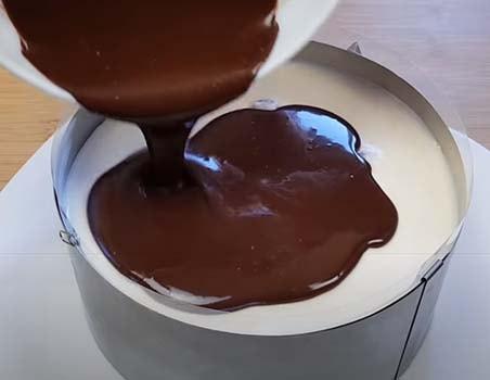 торт-с-клубникой-и-шоколадом-сверху-11