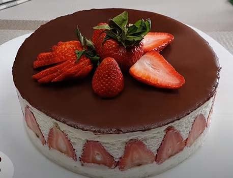 торт-с-клубникой-и-шоколадом-сверху-13