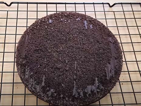 торт-с-клубникой-и-шоколадом-сверху-4