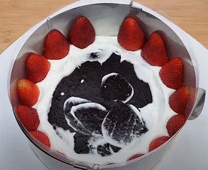 торт-с-клубникой-и-шоколадом-сверху-8