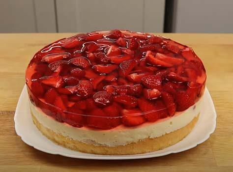 торт-с-заварным-кремом-и-клубникой-19