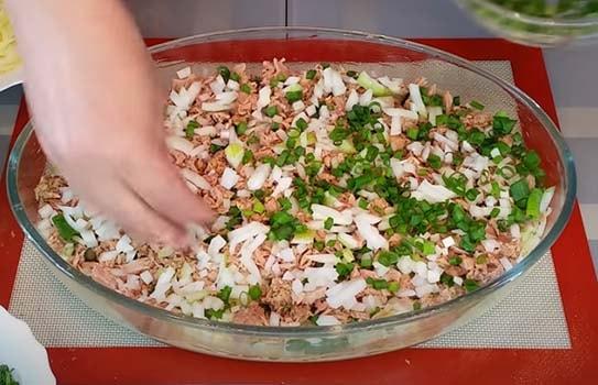 пирог-с-капустой-и-консервированной-рыбой-5