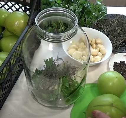 зеленые-маринованные-помидоры-с-чесноком-1