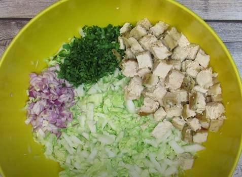 салат-из-куриной-грудки-с-кукурузой-и-сухариками-3