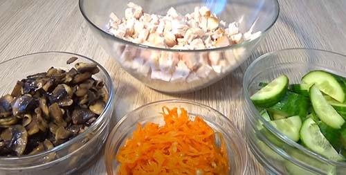 салат-обжорка-с-копченой-курицей-и-грибами-5