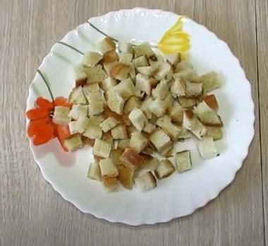 салат-обжорка-с-курицей-и-сухариками-1