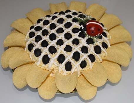 салат-подсолнух-с-курицей-ананасами-и-чипсами-3