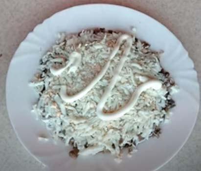 салат-подсолнух-с-куриной-грудкой-и-чипсами-4