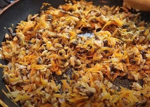 салат-с-вареной-курицей-кукурузой-и-грибами-3