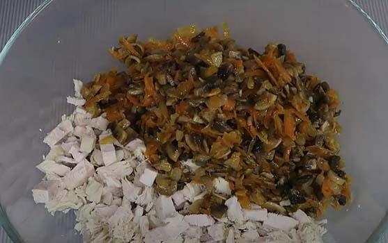 салат-с-вареной-курицей-кукурузой-и-грибами-4