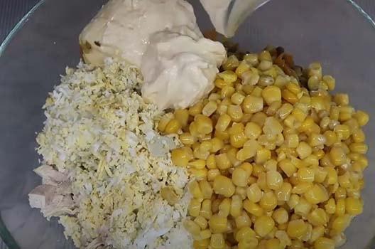 салат-с-вареной-курицей-кукурузой-и-грибами-5