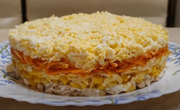 слоеный-салат-с-куриным-филе-и-кукурузой-10