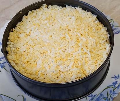 слоеный-салат-с-куриным-филе-и-кукурузой-8