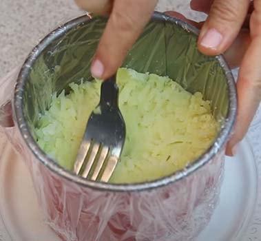 салат-из-печени-трески-с-соленым-огурцом-6