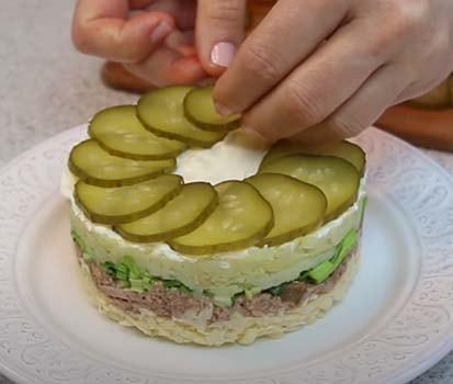 салат-из-печени-трески-с-соленым-огурцом-8