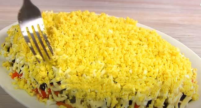 салат-из-печени-трески-с-яйцом-и-черносливом-10