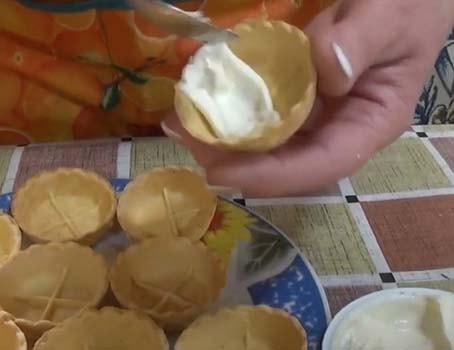 салат-с-печенью-трески-в-тарталетках-9
