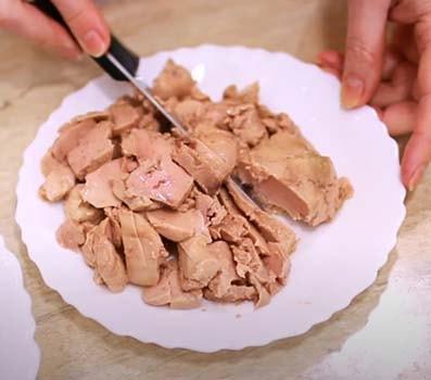 салат-с-тресковой-печенью-и-рисом-1