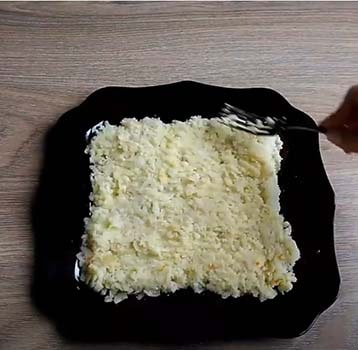 салат-старая-гавань-с-печенью-трески-и-сыром-1