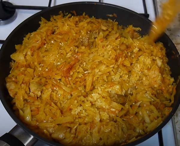 капуста-с-рисом-и-мясом-тушеная-на-сковороде-10