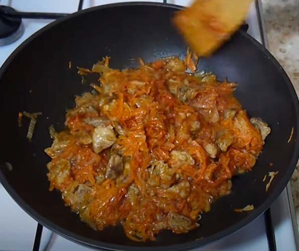 капуста-с-рисом-и-мясом-тушеная-на-сковороде-5