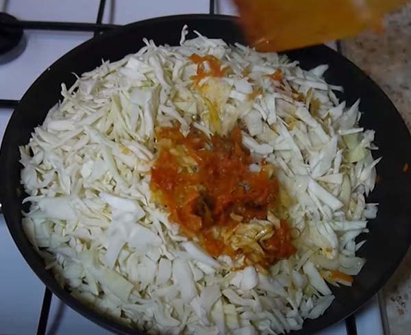 капуста-с-рисом-и-мясом-тушеная-на-сковороде-6